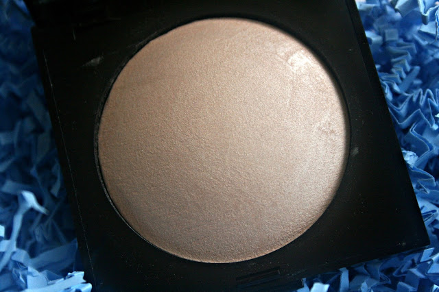 Laura Mercier Matte Radiance Baked Powder in Highlight-01 Review, Photos & Swatches