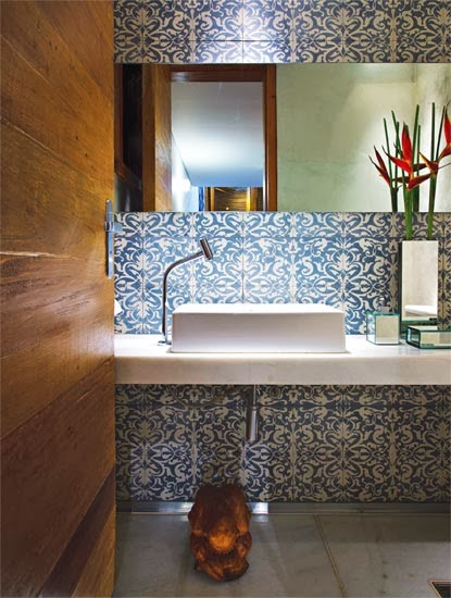 decoracao bancada lavabo : decoracao bancada lavabo: escultura decorando embaixo da bancada com bancada de madeira e cestos