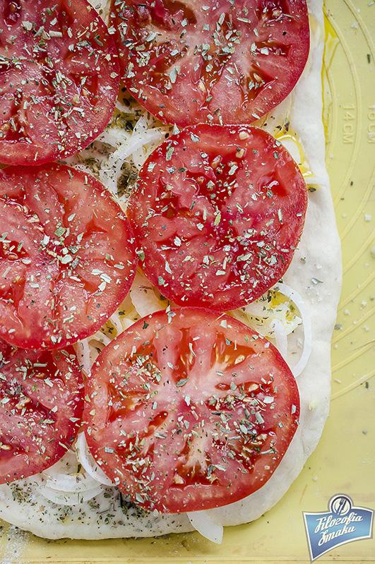 Pizza z pomidorami i cebulą