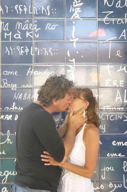 Fanny et Freddy baiser tendre devant le mur des je t'aime