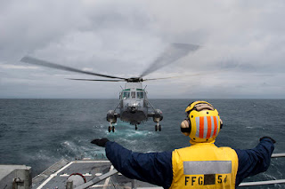 Photo: An US elicopter is landing on a warship