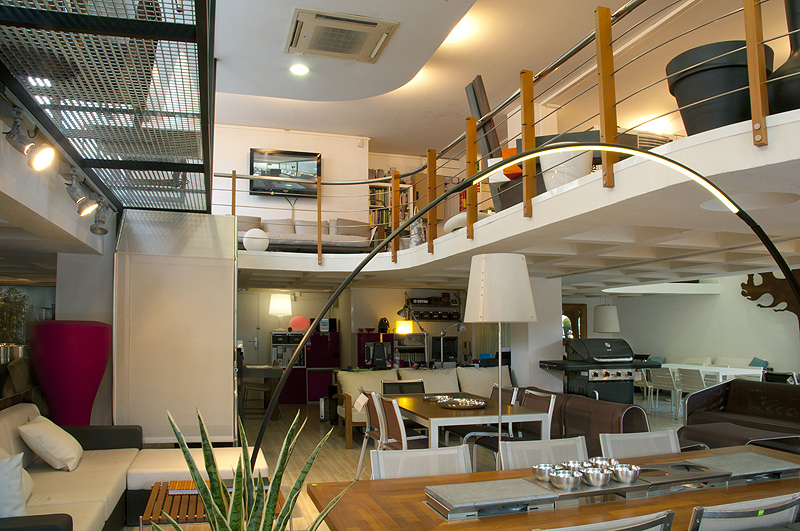 Interiores minimalistas arbor tum inaugura su nuevo for Jardineria barcelona centro