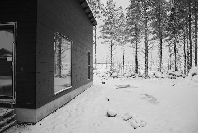moderni hirsinen saunarakennus