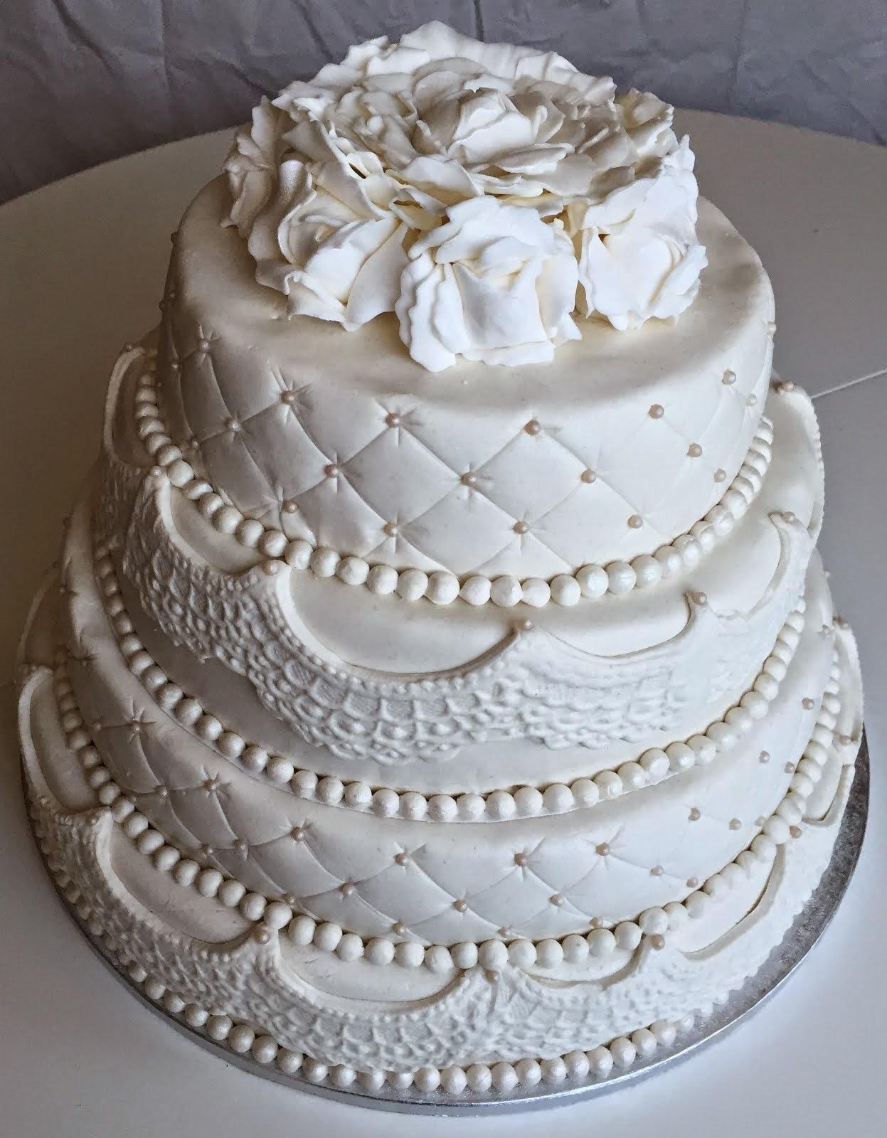 4 vånings vit bröllopstårta