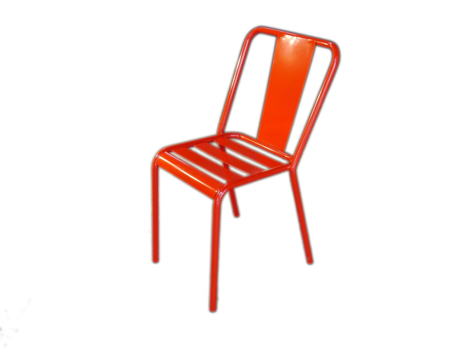 Mesas y sillas en metal de estilo industrial en hierro y for Sillas de madera para exterior