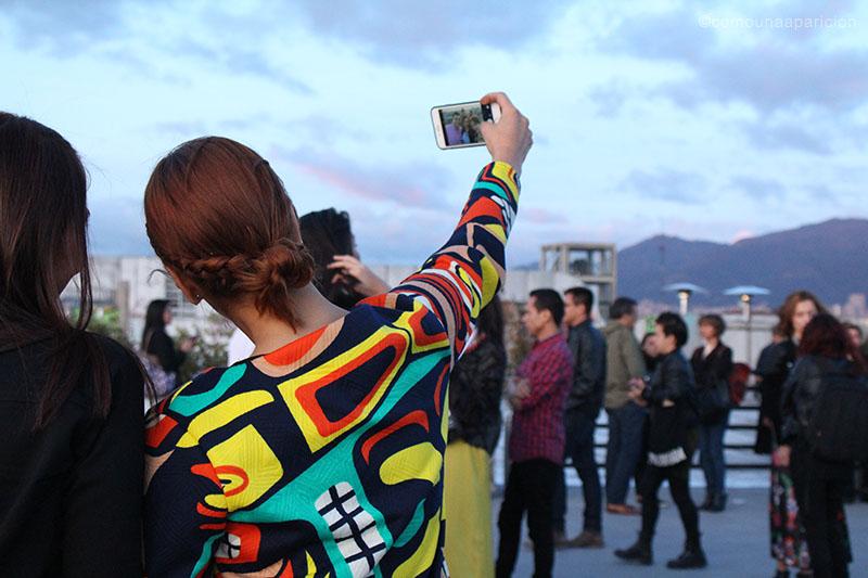 como-una-aparición-street-style-bcapital-2015-fashio-street-looks-prints-selfie-moda-en-la-calle-colombian-fashion.bloggers-bloggers-de-moda-colombianos
