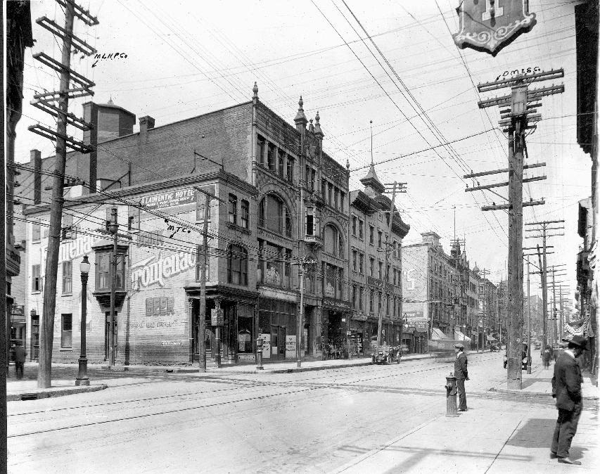 15 stunning vintage photographs capture street scenes of for Meubles montreal rue st laurent