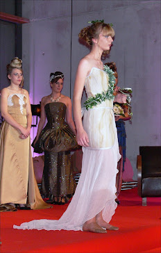 Le mannequin vêtu d'une robe en pierre flexible