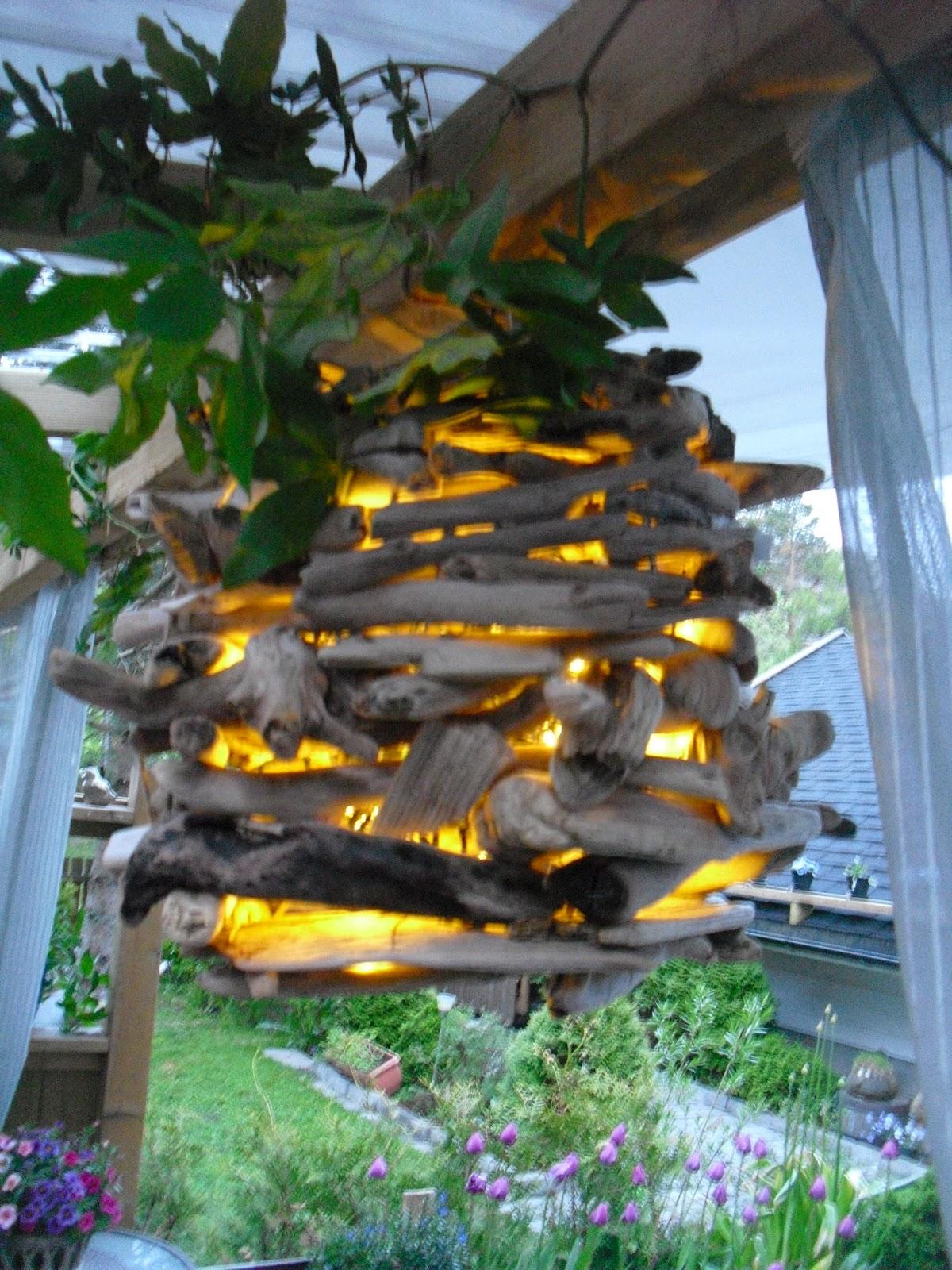 Tove kristins hage: lampe av rakved og gardiner i paviljongen.