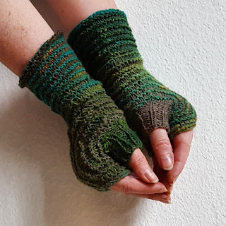 Hexagon Mitts in Two Colors - Free Knitting Pattern by Knitting and so on