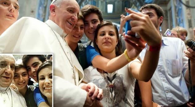"""Así, la Iglesia católica amplía su presencia en las redes sociales, tras las nueve cuentas @Pontifex que Jorge Bergoglio tiene en distintos idiomas y con las que suma ya más de 12 millones de seguidores. Su predecesor, Benedicto XVI, inauguró los perfiles en Twitter en diciembre del 2012. Según el suplemento 'Vatican Insider', el Vaticano está """"ajustando los últimos detalles técnicos"""" para la apertura de la nueva cuenta en la red social. Sin embargo, no ha habido confirmación por parte del Vaticano. En enero, el Papa dijo que Internet podía ayudar a difundir la palabra de Dios y subrayó que"""
