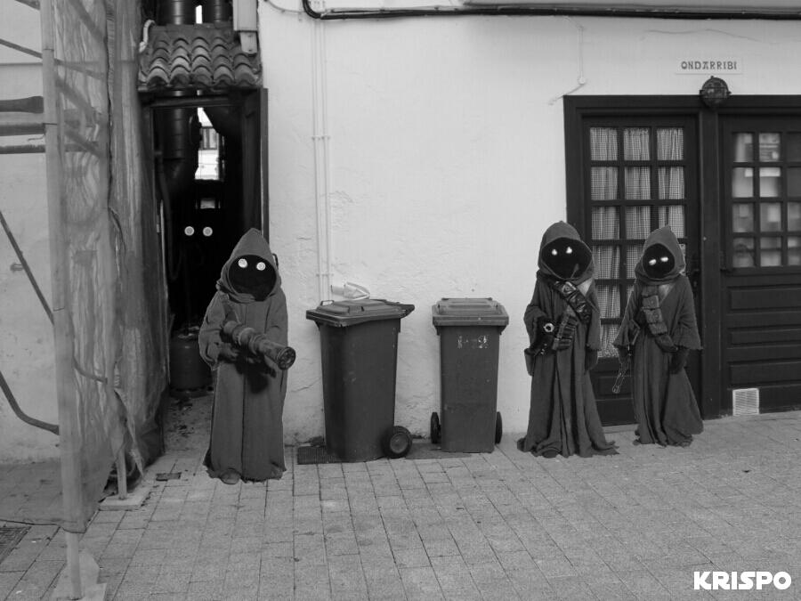 foto en blanco y negro de tres jawas en una calle de hondarribia