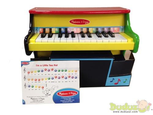 琴譜與琴鍵利用顏色及字母標示帶領小朋友學習正確的音階順序,在彈奏中也能學習辨別顏色及認識英文字母,進而彈出正確的音階