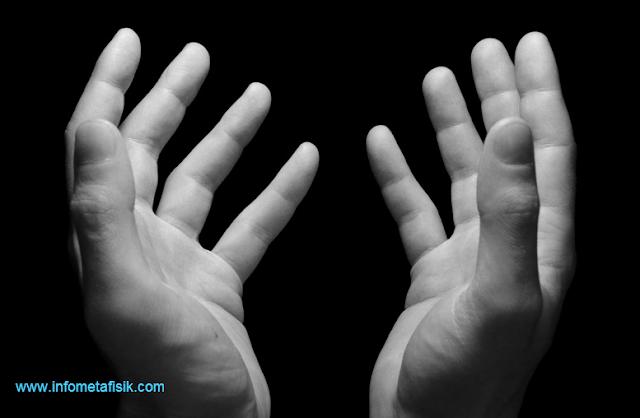 Mengapa Kita Mengangkat Tangan Ketika Berdoa?