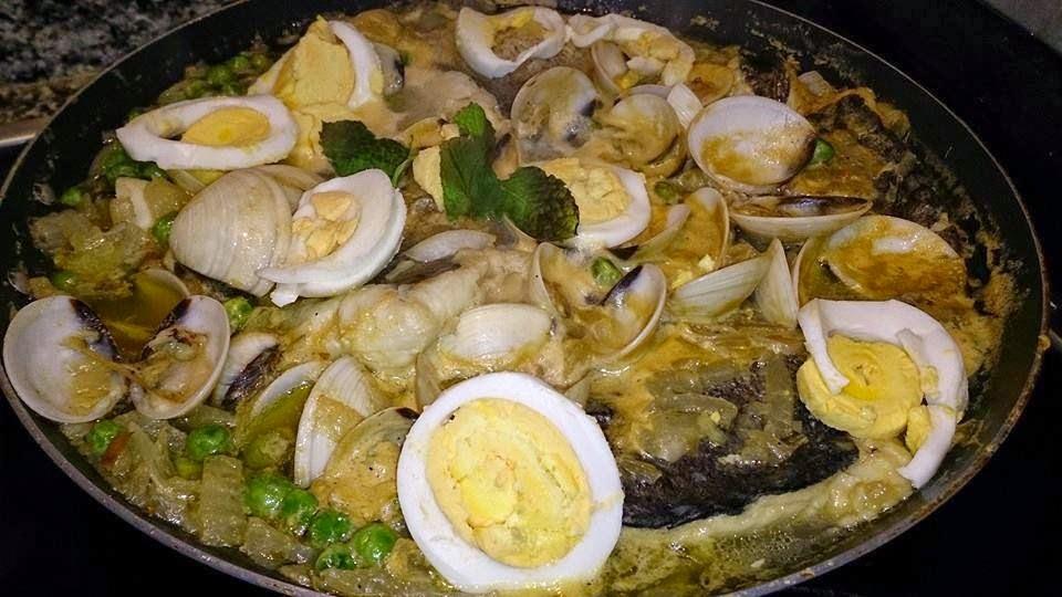 Receta saludable de Merluza con almejas y huevo duro baja en calorías, pata para diabéticos y baja en colesterol.