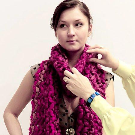 Плетен шал преметнат през врата