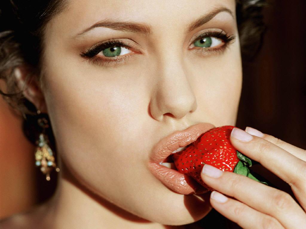 Çilek Yiyen Angelina Jolie | Porno Resimleri Sex Gif - Erotic Videos