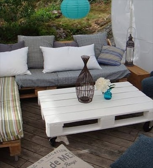 Outdoor Furniture Made of Pallets http://pallet-furniture.blogspot.com/2013/03/pallet-sofa-inexpensive-seating.html