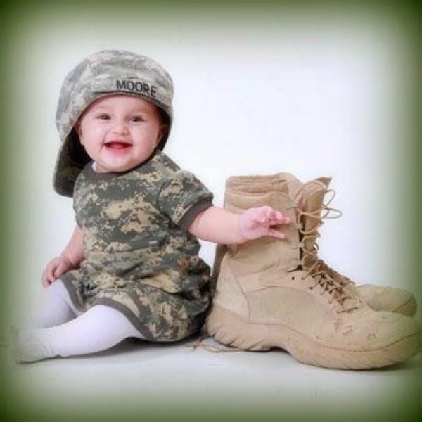 Foto bayi lucu laki-laki memakai baju tentara gratis download