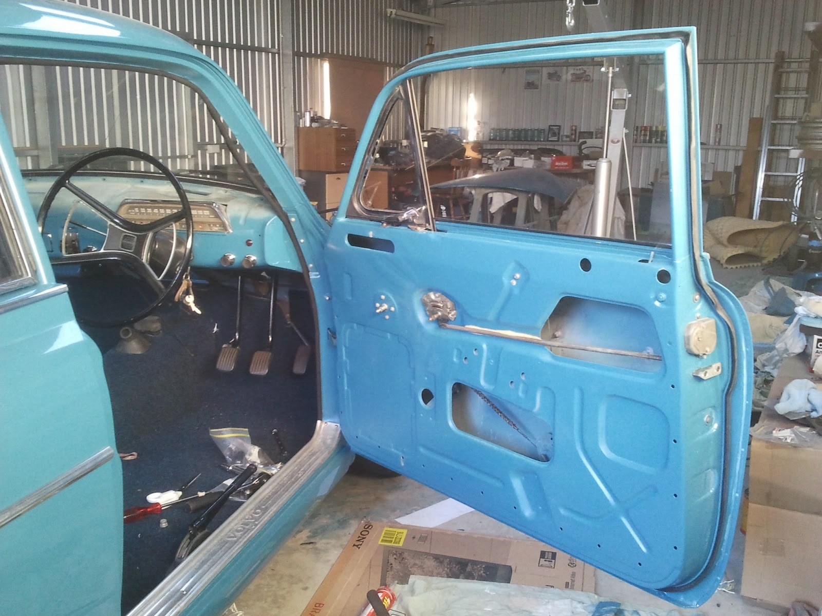 A look inside the door of a Volvo Amazon & Restoration Volvo 122S 1969: Hanging the doors Pezcame.Com
