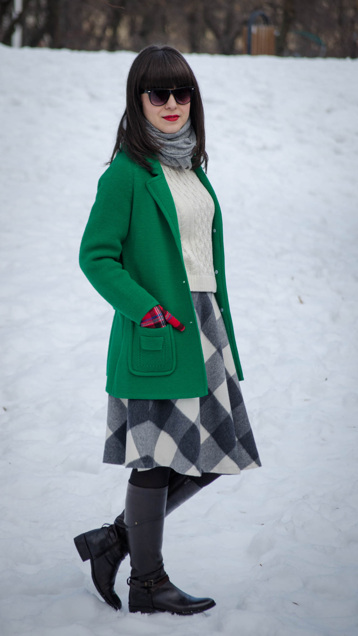 black & white squared thrifted skirt oversized green sweater white h&m sweater brown bata boots tartan koton gloves winter snow bangs grey scarf