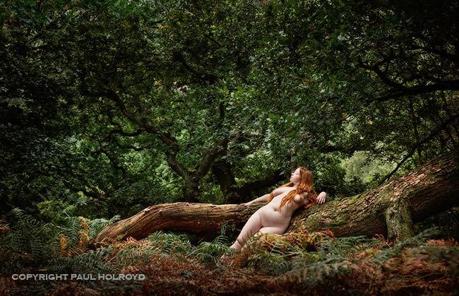 femme rousse nue allongée contre un arbre