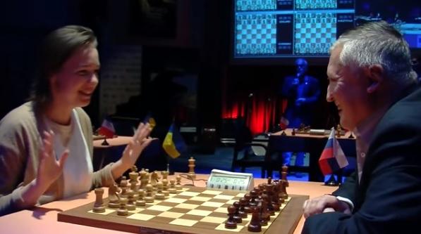 Ronde 11 du Trophée d'échecs Karpov 2015: discussion amicale entre le Russe Anatoly Karpov et la championne du monde en titre Mariya Muzychuk - Photo © Capechecs