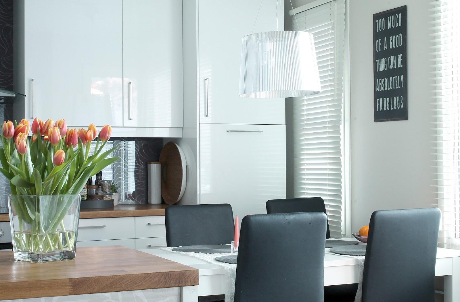 valkoinen keittiö, white kitchen, kartell ge, korkeakiiltoinen