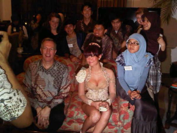 Kostum seksi Agnes Monica di kediaman Dubes Amerika