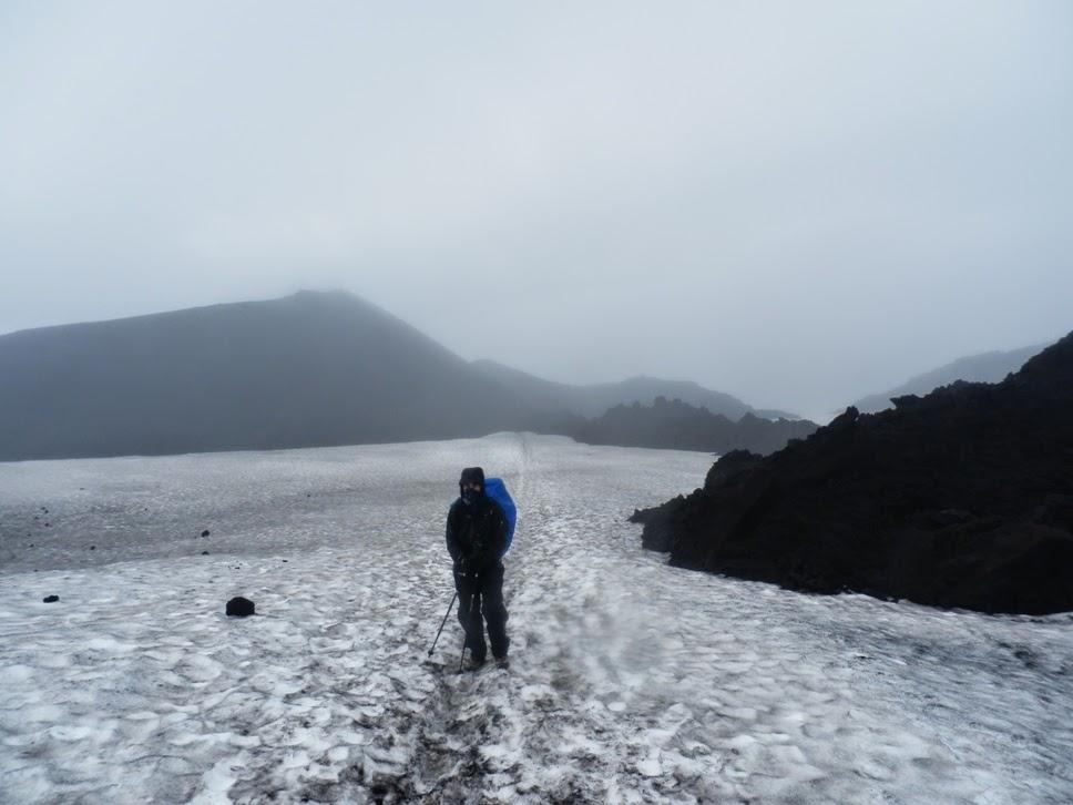 Inma-en-el-glaciar-rodeada-de-montones-de-lava-del-volcán-Eyafjallajökull