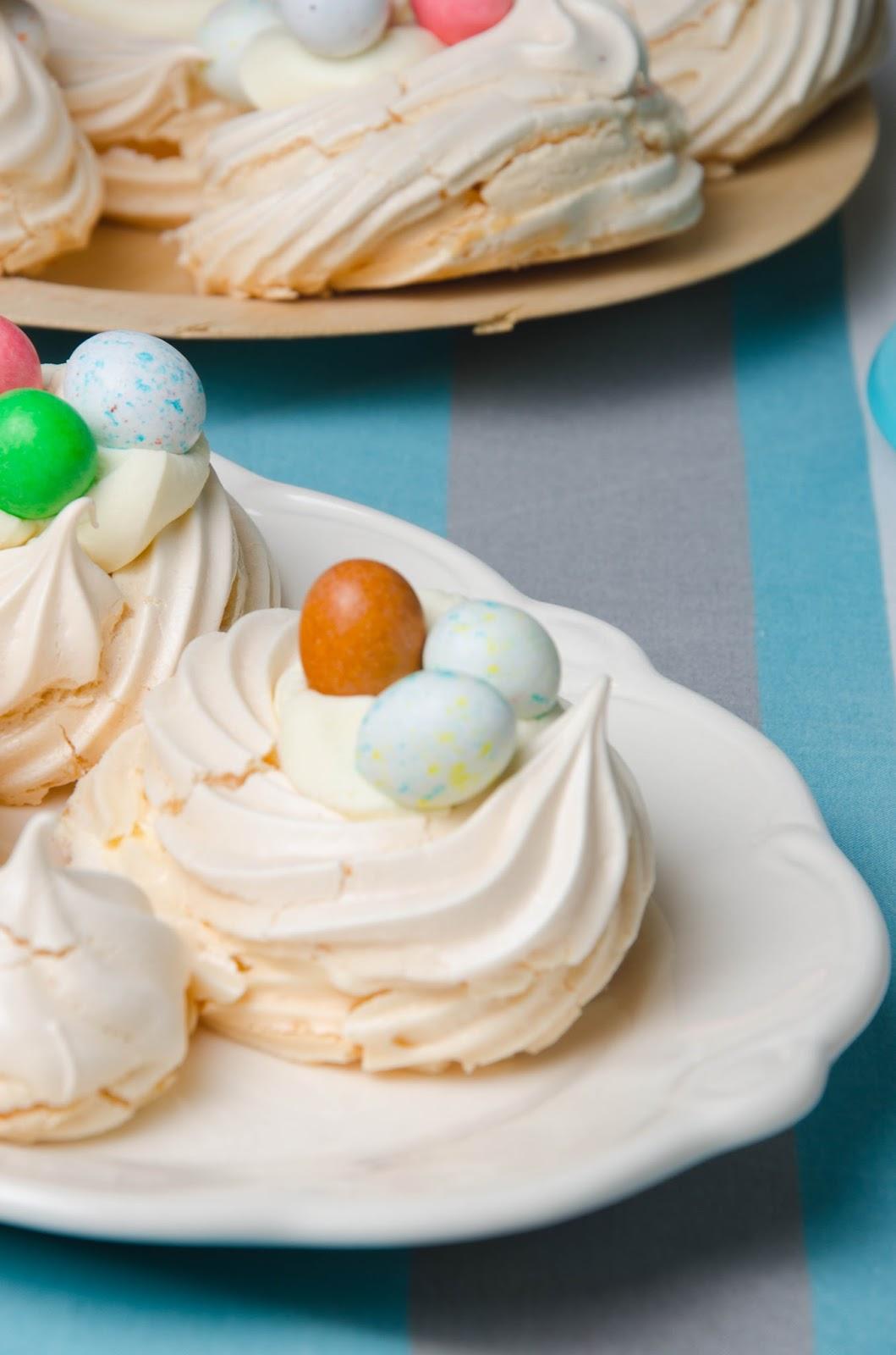 Wielkanocne bezy z kremem waniliowym