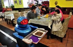 Robot restaurant saat sedang bertugas