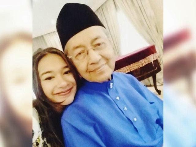 Tun Dr Mahathir Selfie Dengan Cucu