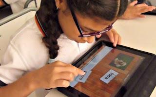 Imagen de una niña en el aula utilizando una aplicación en una tablets
