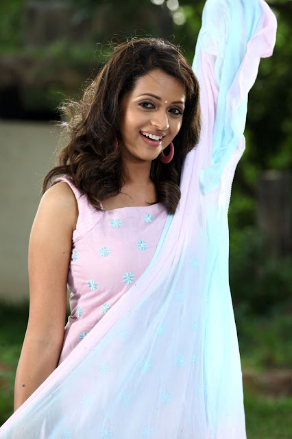 bhavana  smileing in half saree