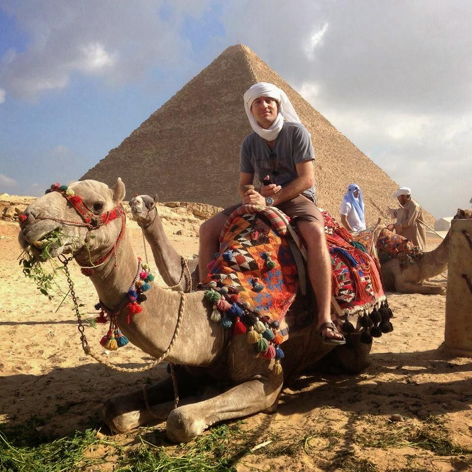 Pirâmede e camelo.