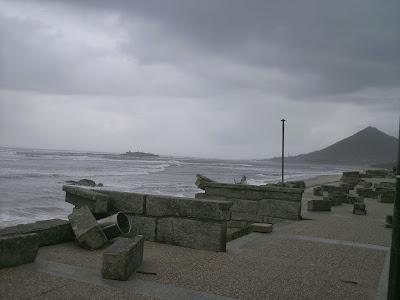 Fotografia do Paredão da praia de Moledo - mureto destruido pelo mar