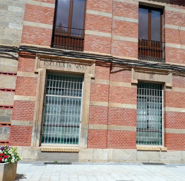 """Baños Termales Ninos:En el mismo edificio, dos accesos al colegio """"Escuela Maestro Pablo"""