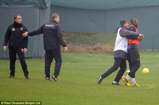 Mancini y Balotelli peleando
