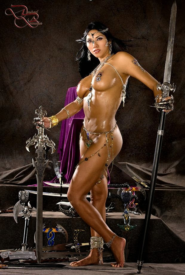 superbe jeune femme nue parée comme une guerrière avec une épée et une lance
