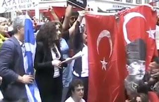 Στέλεχος του ΣΥΡΙΖΑ αγκαλιά με τον σφαγέα των Ελλήνων Κεμάλ - Δείτε τι δουλειά και για ποιους κάνει η αριστερή με την δεξιά τσέπη!!! (Οι αντιφασίστες στηρίζουν τον φασισμό των Τούρκων, των Αλβανών, των Σκοπιανών κλπ....)