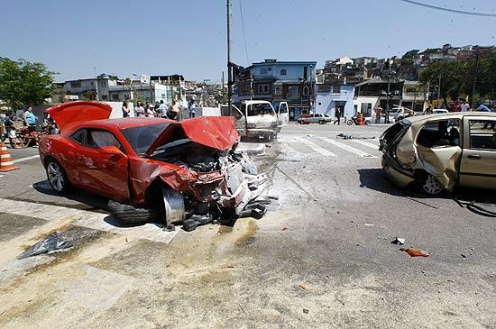 908f8aca1e2 (Camaro destruído após acidente que deixou cinco pessoas feridas na av.  Inajar de Souza