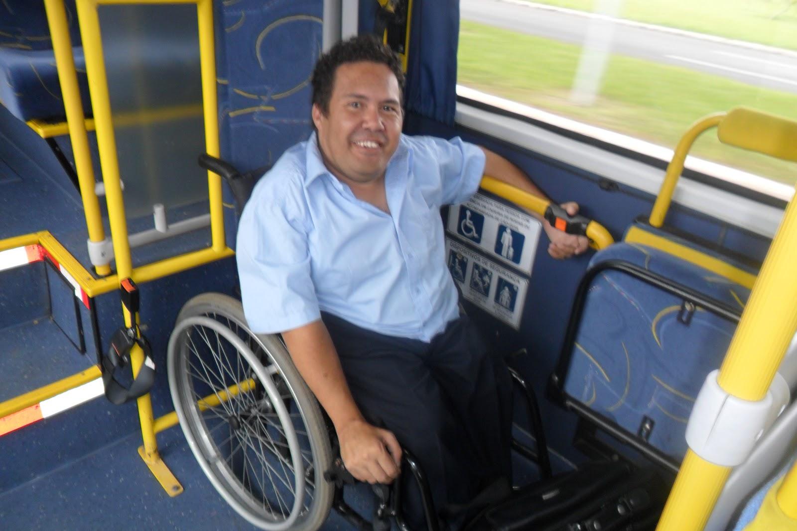 Foto: Wanderley Marques de Assis na cadeira de rodas já acomodado no  #B59716 1600x1067 Adaptação Banheiro Cadeirante