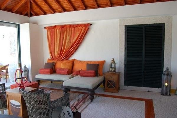 Bức rèm trên bức tường sau ghế sofa tạo phong cách mới lạ cho phòng khách.