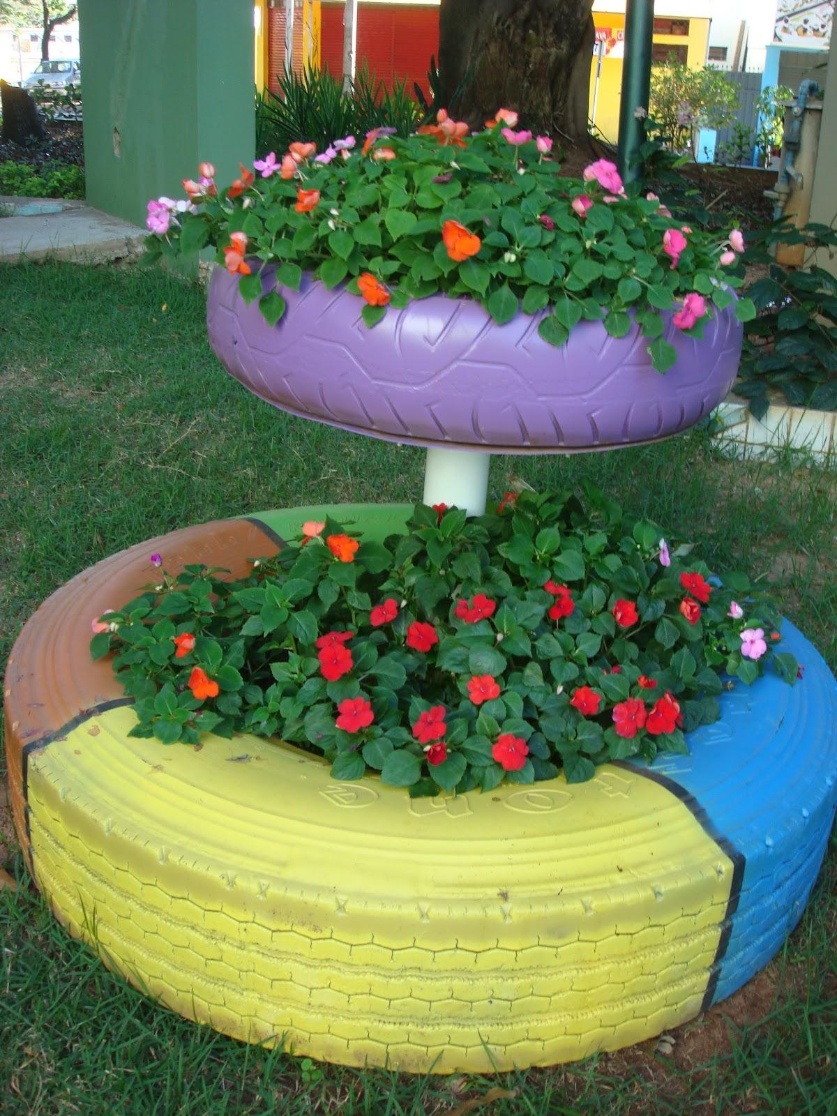 Entre, a casa é minha! ♥ Um lindo jardim com pneus coloridos