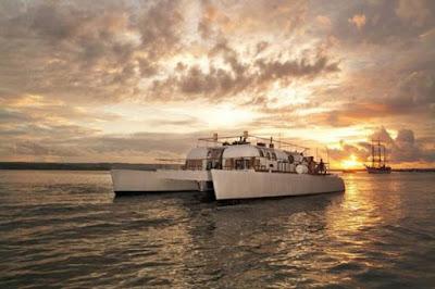 Wisata ala Jetsetter Naik Kapal Catamaran