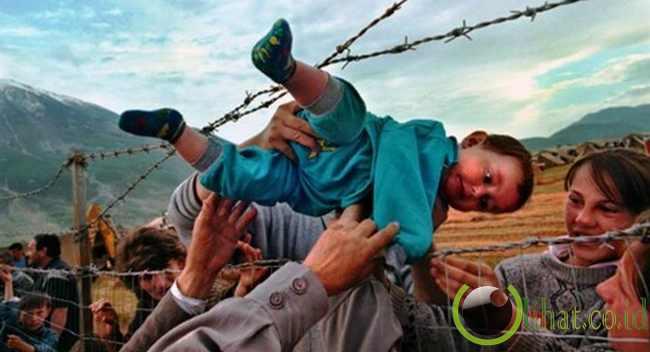 Foto anak yang berusaha dievakuasi