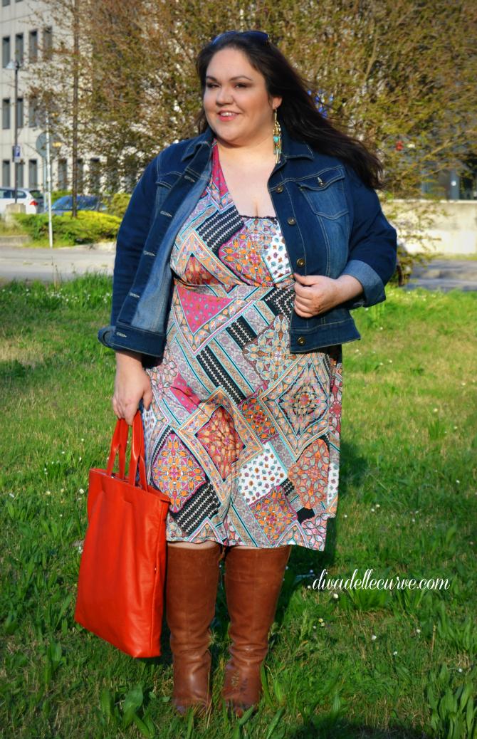 outfit plus size con abito stampa patchwork stile alle forme e giacca in denim