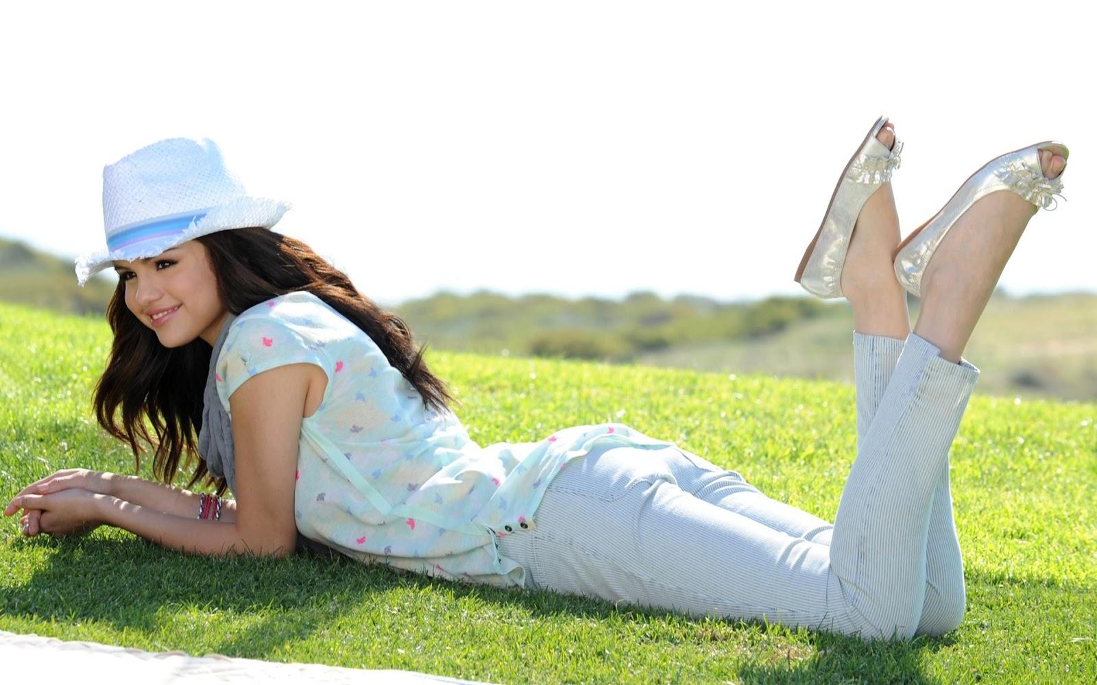 http://2.bp.blogspot.com/-xrgnwfBEaW0/UUL7EvnvY7I/AAAAAAAA93k/MAZyyXj6RG4/s1600/Selena+Gomez+hd+Wallpaper+2013+01.jpg