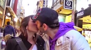 AΠΙΣΤΕΥΤΗ φάρσα στο κέντρο της Αθήνας - Το όνομα σου για φιλί ή ευρώ